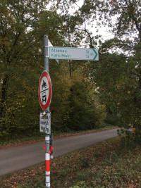 """Hinweisschild auf den Radweg unterhalb des """"Lindenhofs"""""""